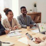ما الفرق بين المساهمين وأصحاب المصلحة في الشركات؟ وكيفية توزيع الارباح على المساهمين
